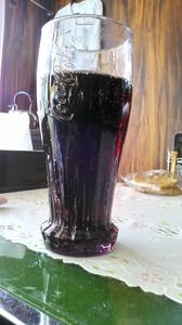 コーラを注がれ目的を達成したコークグラス