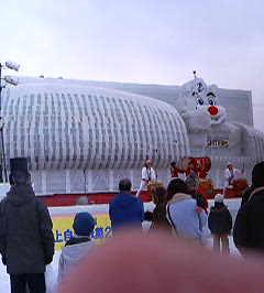 札幌ドームと B.B の大氷像